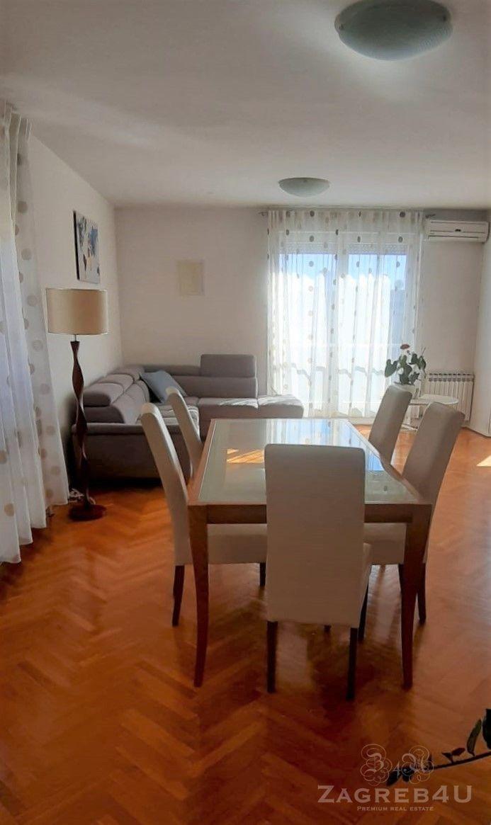 Trosobni stan 100 m2 u centru grada Vlaška ulica sa garažnim mjestom