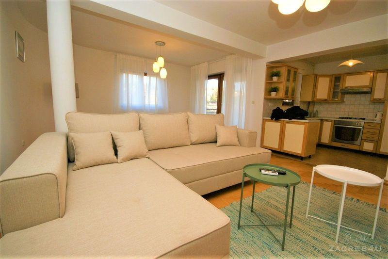 Prostrani 5-sobni stan (135 m2) u Durstovoj sa parkingom - 4 spavaće