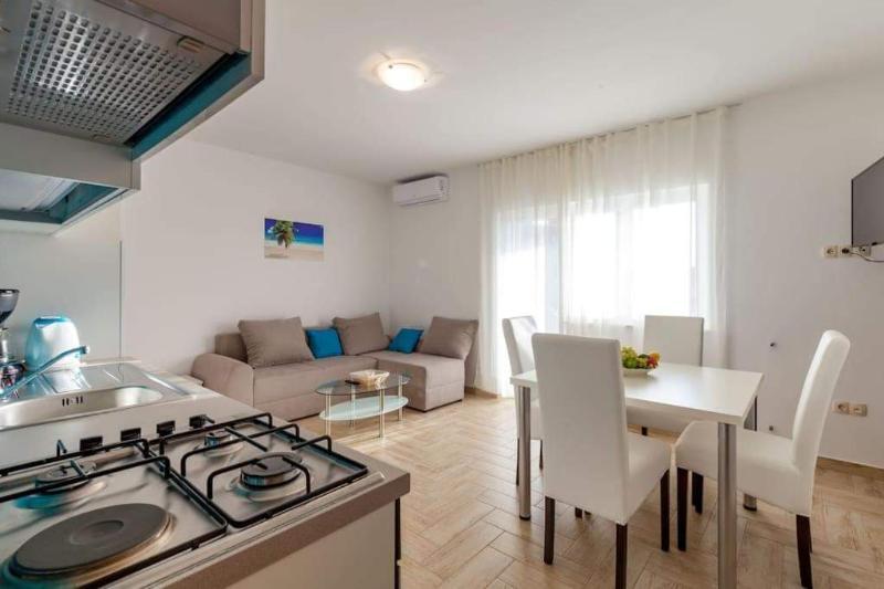 Stan, 65 m2, 450 EUR/mj, Podstrana, Strožanac